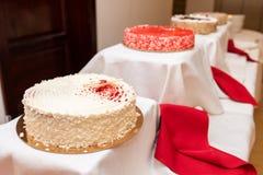 Primer delicioso de cuatro tortas en la tabla fotos de archivo