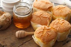 Primer delicioso de la vida del pastel de queso de la miel del postre dulce suave de los pasteles aún Foto de archivo