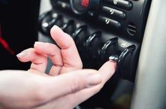 Primer dentro del vehículo del botón de la mano Fotografía de archivo