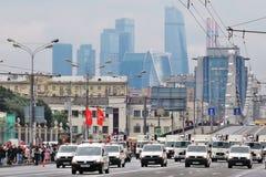 Primer desfile de Moscú del transporte de la ciudad Centro de negocios de la Moskva-ciudad Fotos de archivo libres de regalías