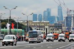 Primer desfile de Moscú del transporte de la ciudad Centro de negocios de la Moskva-ciudad Imagen de archivo