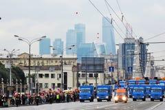 Primer desfile de Moscú del transporte de la ciudad Centro de negocios de la Moskva-ciudad Imágenes de archivo libres de regalías
