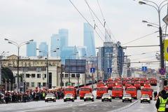 Primer desfile de Moscú del transporte de la ciudad Centro de negocios de la Moskva-ciudad Fotos de archivo