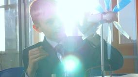 Primer El pequeño genio comprende energía alternativa Concepto de la ciencia de la escuela almacen de video
