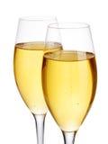 Primer elegante de dos vidrios del champán en un fondo blanco Aún vida festiva Foto de archivo libre de regalías