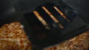 Primer empanadas o chuletas de las fritadas de una persona para las hamburguesas en una cacerola en aceite de ebullición forma de almacen de video