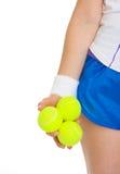 Primer en 3 pelotas de tenis a disposición de jugador de tenis Fotografía de archivo libre de regalías