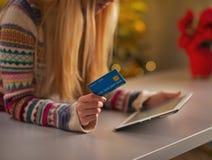 Primer en adolescente con la tarjeta de crédito usando la PC de la tableta Imagen de archivo