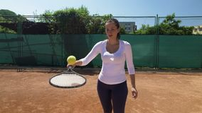 Primer en bola de equilibrio del jugador de tenis en la estafa metrajes