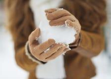 Primer en bola de la nieve en mano de la mujer imágenes de archivo libres de regalías