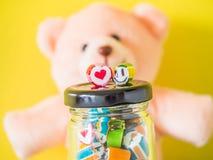 Primer en el corazón rojo y el bastón de caramelo sonriente verde de la cara imágenes de archivo libres de regalías