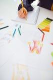 Primer en el diseñador de moda que hace bosquejos Fotos de archivo