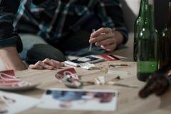 Primer en el hombre que inhala la línea de la cocaína imagen de archivo libre de regalías