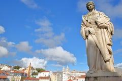 Primer en el sao Vicente Statue en el miradouro del punto de vista de Santa Luzia con el sao Vicente de Fora Church en el fondo,  Imagenes de archivo