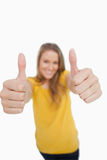 Primer en el thumbs-up de una mujer rubia Foto de archivo