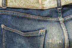 Primer en el viejo y reparado fondo de los pantalones de la mezclilla foto de archivo