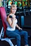 Primer en entrenamiento de la mujer de la aptitud con pesa de gimnasia pesa de gimnasia de la naranja de la mujer de la aptitud Imagen de archivo