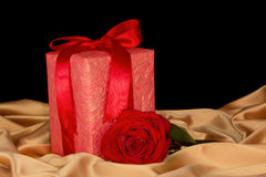 Primer en la caja color de rosa y roja de oro del paño Foto de archivo