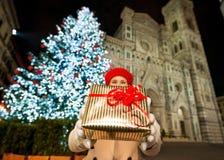 Primer en la caja de regalo en manos de la mujer en la Navidad Florencia Imagen de archivo libre de regalías