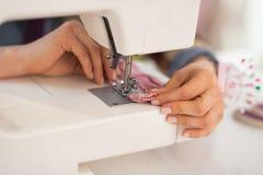 Primer en la costurera que cose en estudio Imagen de archivo libre de regalías