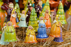 Primer en la decoración colorida de los ángeles de la porcelana para la celebración de la Navidad foto de archivo libre de regalías