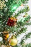 Primer en la decoración del árbol de navidad Foto de archivo