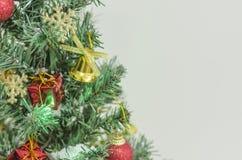 Primer en la decoración del árbol de navidad Imagenes de archivo