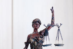 Primer en la escultura de la diosa de los themis, del femida o de la justicia en blanco Fotos de archivo