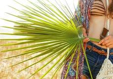 Primer en la hoja tropical verde grande a disposición de la elegancia bohemia fotografía de archivo libre de regalías