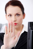 Primer en la mano del `s de la mujer que gesticula la parada. Imagen de archivo libre de regalías