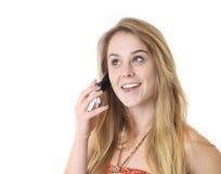 Primer en la muchacha bastante adolescente taliking en phon de la célula Imagenes de archivo