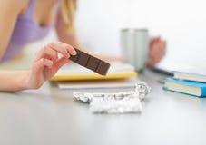 Primer en la muchacha del adolescente que come el chocolate Fotografía de archivo libre de regalías