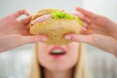 Primer en la muchacha del adolescente que come la hamburguesa Fotos de archivo