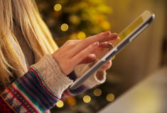 Primer en la muchacha del adolescente que usa la PC de la tableta Imagenes de archivo