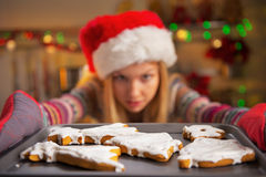 Primer en la muchacha que saca la cacerola de galletas Fotografía de archivo libre de regalías