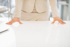 Primer en la mujer de negocios que se inclina en el escritorio imagenes de archivo