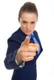 Primer en la mujer de negocios seria que amenaza con el finger Foto de archivo libre de regalías