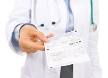 Primer en la mujer del doctor que da la prescripción Fotografía de archivo libre de regalías