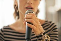 Primer en la mujer joven que canta con el micrófono Imágenes de archivo libres de regalías