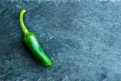 Primer en la pimienta de chile verde en el substrato de piedra Foto de archivo