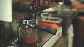 Primer en la taza que prepara la cámara lenta del café almacen de video