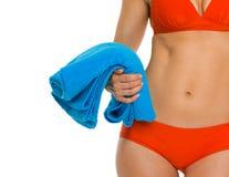 Primer en la toalla a disposición de la mujer en traje de baño Imágenes de archivo libres de regalías