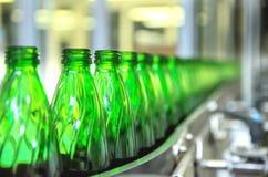 Primer en las botellas de agua minerales en crudo y líneas Foto de archivo libre de regalías