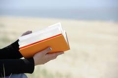Primer en las manos con book.outdoors Foto de archivo