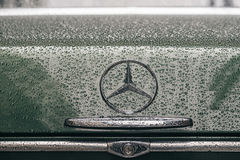 Primer en logotipo del emblema del coche retro de Mercedes-Benz Imagenes de archivo