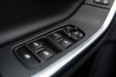 Primer en los botones del control de los elevalunas eléctricos y de los espejos Fotografía de archivo libre de regalías