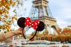 Primer en los oídos de Minnie Mouse a disposición delante de la torre Eiffel Fotos de archivo libres de regalías