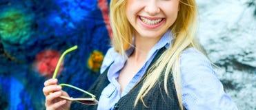 Primer en muchacha del inconformista con las gafas de sol al aire libre Imágenes de archivo libres de regalías