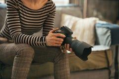 Primer en mujer con la cámara moderna de la foto del dslr Fotografía de archivo