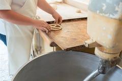 Primer en panadero en la panadería que forma el pan del pretzel imágenes de archivo libres de regalías